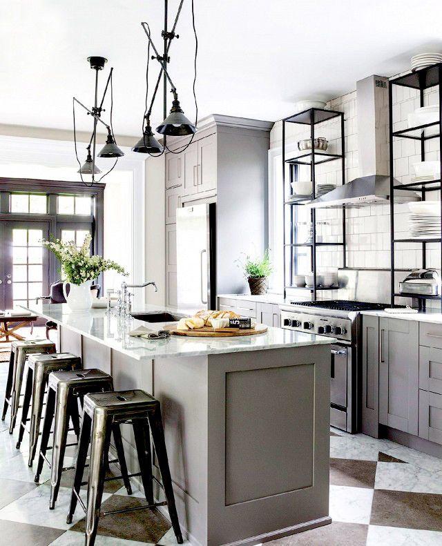 Enkla träluckor som spraymålas i färg och en lyxig bänkskiva över köksön är ett enkelt sätt att få en exklusiv touch. Taklamporna bidrar till en tuff industrikänsla. Kök från IKEA