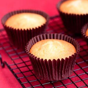 Receta fácil de Cupcakes de Vainilla. Aprende cómo preparar la receta básica de Cupcakes de Vainilla típicos de Magnolia Bakery y cómo decorar los cupcakes.