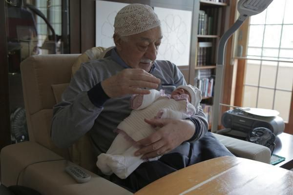Mr. Gülen, bebek bakıyor:) pic.twitter.com/kzrkXpukXY