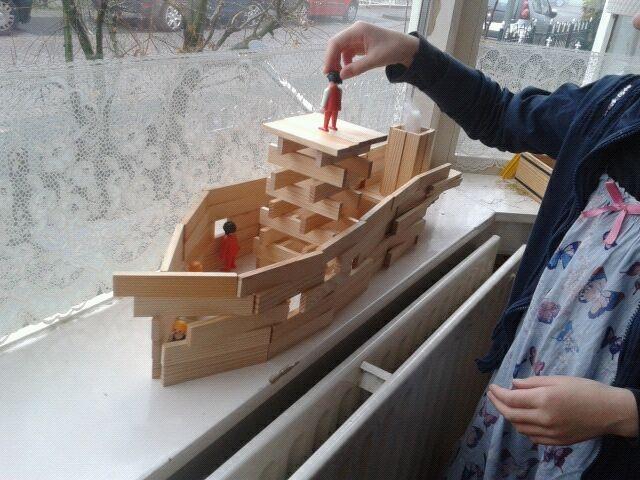 Even de blokken weg uit de bouwhoek en plaats maken voor Kapla. Wie lukt het om een mooie stoomboot te maken?