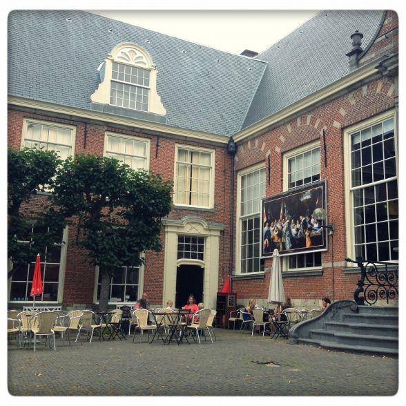 Elke woensdag is er Peuterbieb in Bibliotheek Haarlem Centrum. Sowieso een heerlijke plek midden in de stad, waar je ook met je kind gezellig koffie kunt drinken bij Coffee Star.