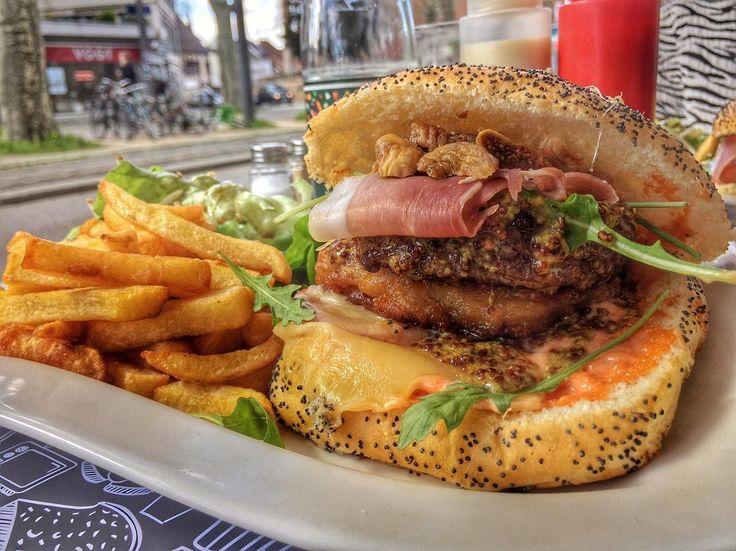 Quitte à être dehors j'ai choisi de manger le #burger spécial 🍔 de @chezmonex 😍   Figues, galette de pommes de terre, steak, jambon fumé, tomates, sauce moutarde au miel 👌🏼❤️  Mention à @ely_killeuse 😂😂 Bon appétit les gourmands !  #strasbourg #burger #strasmiam #terrasse