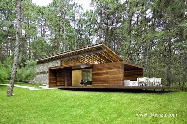 Residencia de descanso hecha en madera, piedra, y vigas de acero en Tapalpa, Jalisco