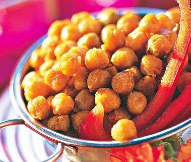 Kikärtor som rostats i ugnen är urläckert och superenkelt som snack eller drinktilltugg. Rosta kikärtorna i vitlöksolja och krydda med paprikapulver för kryddig smak och fin färg.