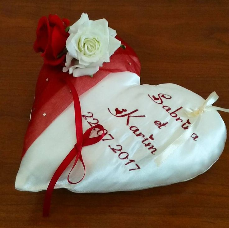 Coussin porte-alliances en forme de cœur dans les tons bordeaux avec des roses #mariage220717 #mariage  #mariagethemeroses #mariageenbordeau  #ring #weddingparty  #celebration #bride  #bridesmaids  #unforgettable #matrimonio #weddinginspiration #bridal  #forever #weddingplanner #couple #weddingideas #together #ceremony  #destinationwedding #weddingday  #celebrate  #hochzeit #congrats #congratulations #instalove #jourj #fiancailles #engaged. We ship worldwide. See couture-broderie.fr