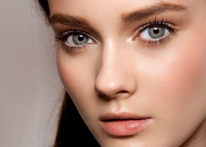 """Conseils beauté """"maquillage naturel"""". II_Couvrez : Si vous avez des imperfections ou des cernes autour des yeux, assurez-vous de bien dissimuler ces zones avec un anti-cernes. Utilisez avec parcimonie le correcteur de sorte à ne pas accentuer la faille, si nécessaire, vous pouvez rajouter une couche d'anti-cernes pour un look sans maquillage plus naturel. Le port d'anti-cernes peut sembler contre-intuitif mais pas mal de fille sportive au look naturel en portent."""