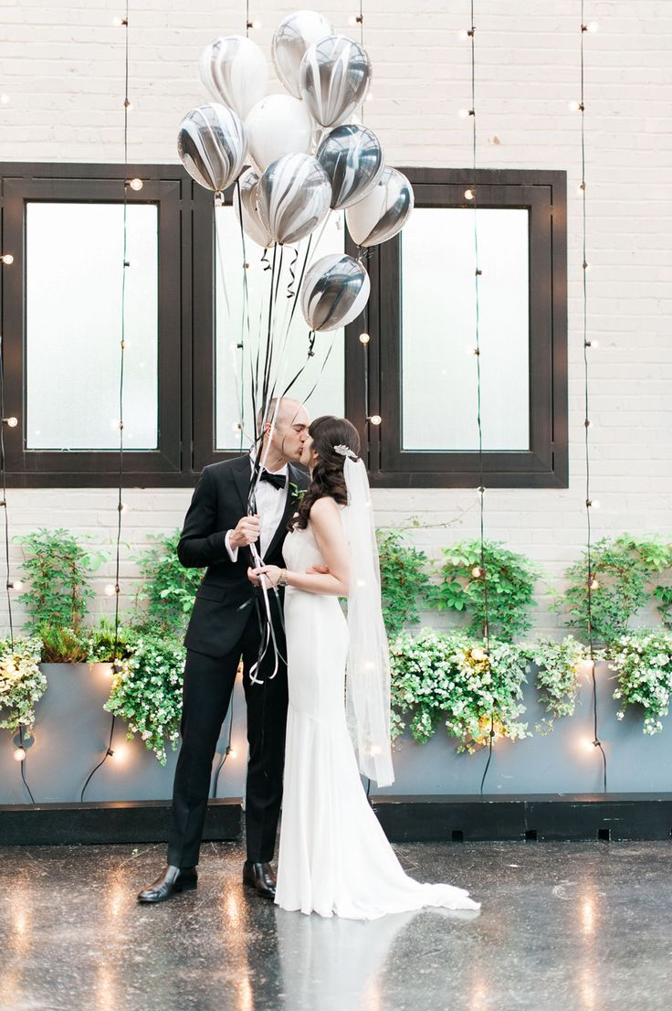 Having a Black & White Wedding? Incorporate these Black & White SuperAgate® Balloons into your decor! #wedding #balloons #superagate