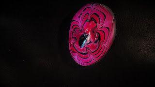 Pomysły plastyczne dla każdego, DiY - Joanna Wajdenfeld: Pisanki ozdabiane rozlanymi na wodzie lakierami do paznokci
