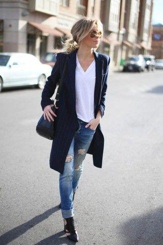 Dunkelblauer vertikal gestreifter Mantel, Weißes T-Shirt mit V-Ausschnitt, Blaue Jeans mit Destroyed-Effekten, Schwarze Leder Stiefeletten mit Ausschnitten für Damen