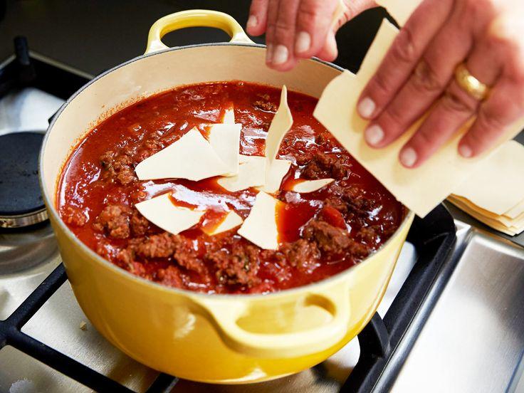 Wer Lasagne mag, wird diese Suppe lieben: Die Zutaten für den italienischen Nudelauflauf landen heute einfach im Suppentopf. Das müssen Sie probieren!