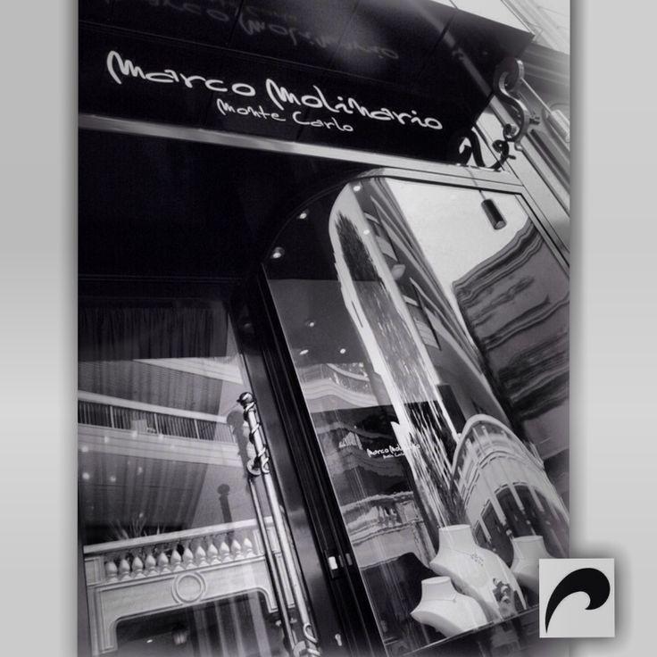 МАГАЗИН  Магазин ювелира Марко Молинарио расположен недалеко от Казино Монте-Карло и Отеля Эрмитаж в роскошной обстановке Княжества Монако. Ювелирный магазин подчеркивает весь колорит коллекции дизайнера Марко Молинарио. Это место – истинный дух бренда, выдвигает на первый план элегантные оттенки цветов драгоценных камней, мерцающих в витринах и приветствует Вас с понедельника по пятницу с 10 до 19 часов или по рандеву.