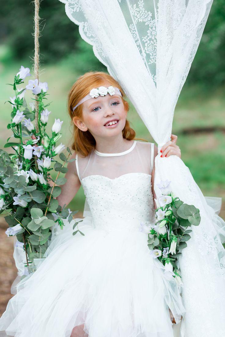 Een prachtig bruidsmeisje met een mooie jurk van bruidskindermode.nl. Ze draagt ook een prachtige bloemenband om haar hoofd. Dit is ook een perfecte jurk voor de communie. De styling is gedaan door: C'est la vie Weddings ( c'estlavieweddings.nl) en de fotograaf is Studio Jheronimus ( studiojheronimus.nl)