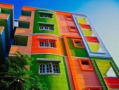 Χρωματα και Αρχιτεκτονική Στον αντίποδα της σχολής αρχιτεκτόνων που επιλέγουν το λευκό χρώμα, υπάρχουν αυτοί που υποστηρίζουν ότι τα χρωματιστά κτίρια δημιουργούν πιο χαρούμενες πόλεις και κατά επέκταση πολίτες