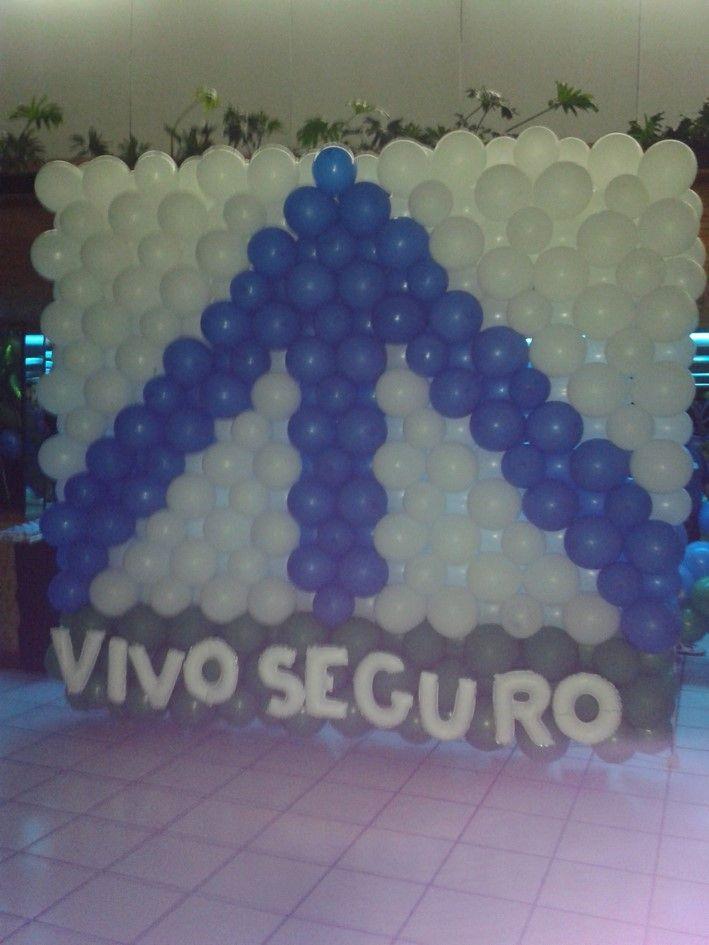 Logotipo con globo denso de 3.5m x 2.5m aproximadamente y letras metálicas blancas