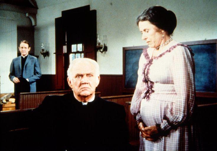Mrs. Oleson (Katherine MacGregor, l.) gesteht Reverend Alden (Dabbs Greer, M...