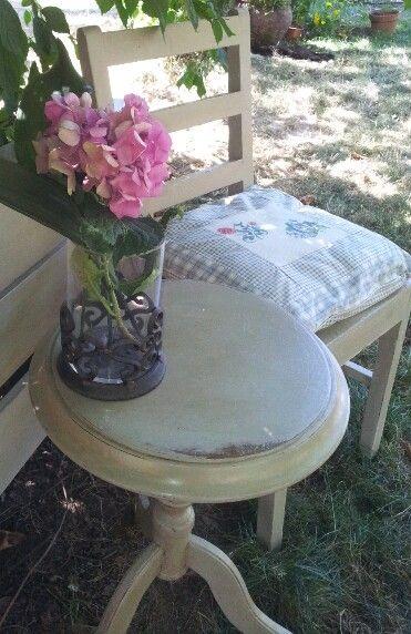 Viejas piezas de un dormitorio pintadas con Chalk Paint de Annie Sloan. Color Country Grey, clear wax y dark wax.