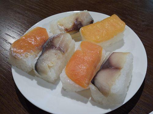 美味しく楽しく!吉野の名店3軒の『柿の葉寿司食べ比べ』 柿の葉寿司 塩サバ&鮭 若者人気  930÷ 7=132  9000÷ 60=150  老舗 奈良県吉野ひょうたろう ひょうたろう(吉野町)@柿の葉寿司食べ比べ-01 種類は「鯖」と「鮭」。鯖5個・鮭5個入りは「10個(@1,300円)」。鯖のみであれば、「8個(@1,000円)」「12個(@1,500円)」など。吉野杉箱入りで、地方発送も可能ですので(夏場は不可)