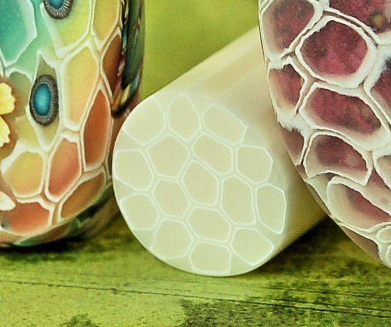 Deze aanbieding is voor 1 rauwe/ongebakken polymeer klei suikerriet, ca. 1,5 inch lange. Gemaakt van Kato en Premo kleien. Sommige fotos tonen voorbeelden van kralen gemaakt met behulp van dit riet (niet inbegrepen). Deze voorbeelden laten zien hoe het riet eruitziet wanneer op een andere kleur van klei toegepast en vervolgens gebakken. U kunt het driedimensionale effect verhogen door dikkere segmenten van de cane gebruiken, snijden onder een hoek, schuren en afslijping na het bakken.