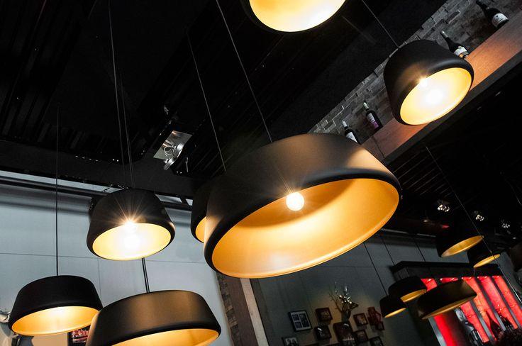 De Hala designlamp Tommy wordt nu ook geleverd in zwart met gouden binnenzijde. Een prachtige glamourous uitvoering. Door de eenvoud in ontwerp en de trendy nieuwe kleurstelling is deze retro hanglamp weer helemaal van nu! Uiteraard is de Tommy ook nog steeds verkrijgbaar in de overige 15 kleuren en leverbaar in vier formaten en als bundel van drie.