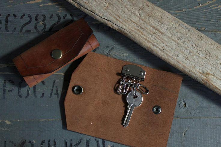 Este caso para las llaves es 100% hecho a mano y está hecha de alta calidad, cuero durable, llaves de clave ayuda a caso organizado de cuero. Puede poner dentro cinco llaves.  Color: marrón Tipo de cuero: Caballo loco  *** Tamaños de la cubierta de la llave del cuero: Tamaños de la apertura: Ancho: 11,5 cm (4.5 pulgadas) Altura: 15,5 cm (6,1 pulgadas)  ¡Regalo artesanal para él! ** Por favor no colores pueden variar de pantalla del ordenador a la pantalla del ordenador…
