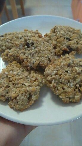 Sušenky z ovesných vloček + chia semínka,slunečnicové semínka, kukuřičné lupínky, rozinky,med, valašské oříšky a bílý jogurt
