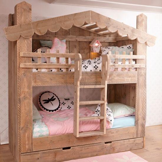 Een bed waar je met 3 kinderen in kan slapen? Dat kan met het Hooihuys stapelbed. Een huis als bed, dat had je vroeger zelf ook gewild!