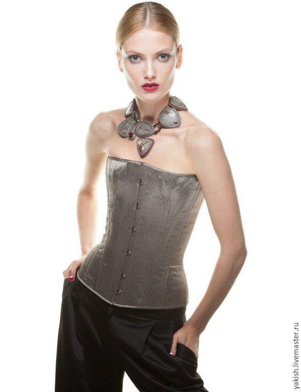 Купить или заказать Колье 'Noblewoman' в интернет-магазине на Ярмарке Мастеров. Благородно-красивое, стильное колье в выдержанной бордовой гамме. Здесь нет блеска стекла, лишь природные камни: яшма, сердолик и гранат. Благодаря своему оригинальному , продуманному дизайну колье очень изящно смотрится на шее несмотря на довольно крупные камни. Изнанка камней - натуральная кожа цвета бордо (пр-во Италия). На модели на 1 фото дизайнерское платье Ланы…