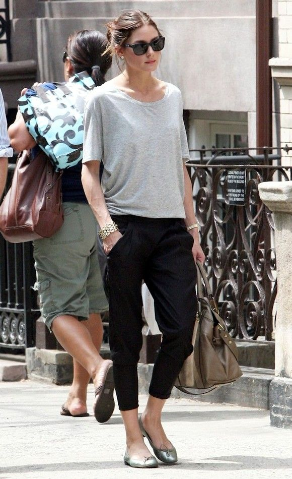 Olivia Palermo : Copiez son look décontracté avec un pantalon style jogging >> http://www.taaora.fr/blog/post/look-olivia-palermo-t-shirt-gris-loose-pantalon-sport-7-8-noir-ballerines-repetto-sac-cabas-marron
