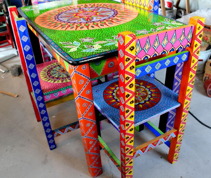Mesa y sillas pintadas a mano dise o unico mi arte for Muebles hippies