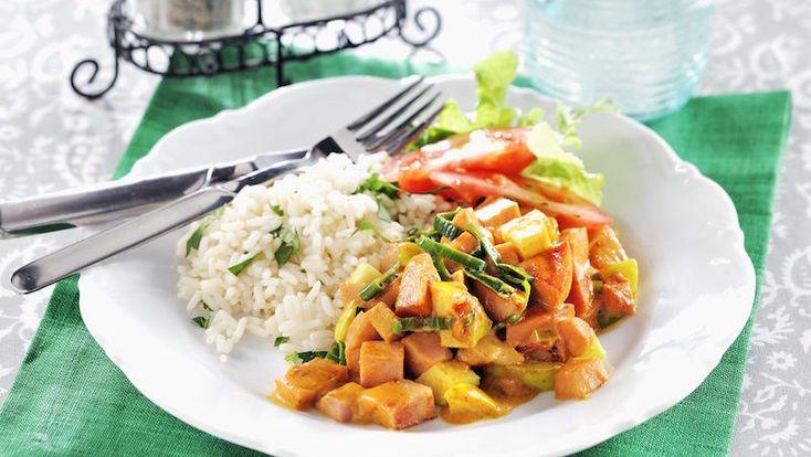 Sätt piff på falukorven med curry! Som en kryddig variant av korv Stroganoff smakar den här läckra grytan med äpple.