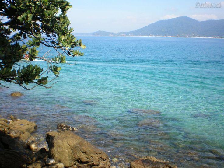 Barra do Sahy. Saiba que no canto sul da praia, você encontrará os rochedos do Canto Bravo, super altos e que formam uma linda e exuberante piscina natural.