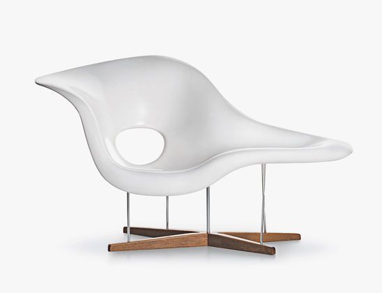 La Chaise-Charles & Ray Eames, 1948 | Inspired by the 'Floating Figure' sculpture created by Gaston Lachaise, Charles and Ray Eames designed La Chaise as a lounge chair for a competition at the Museum of Modern Art in New York. This voluminous lounge piece has a captivating elegance and allows a wide range of sitting and reclining positions. La Chaise has long since established itself as an icon of organic design.