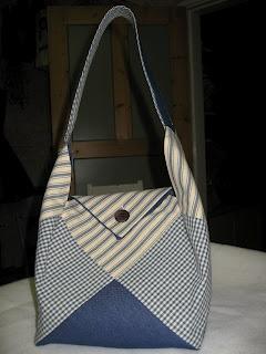 Dethär est un beau sac en patchwork et très facile à faire. I think I could make one of these.