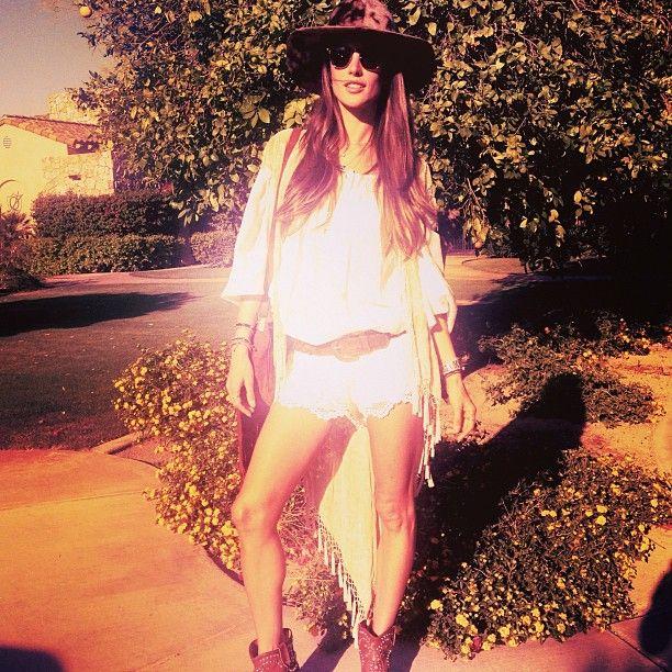 A top brasileira Alessandra Ambrósio apostou no boho chic, com look total branco, acompanhado de chapéu para o Coachella 2013 | Foto: Reprodução/Instagram
