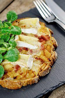 Une idée facile pour un snack ou un apéro, voire un plateau télé : la tartine camembert et pommes, comme une bruschetta normande !