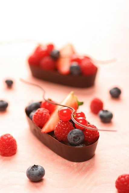 chocolate boats for berries sweet chocolate, chocolate raspberry ganache (sweet chocolate, fresh cream, raspberry puree), raspberry, blueberry, strawberry, red