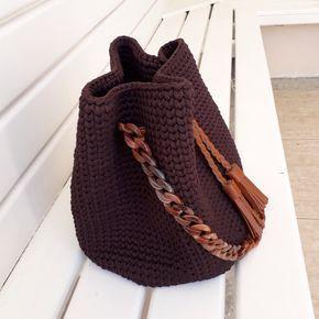 Bolsa Saco com Tassel e Alça de acrílico feita com fio de malha da @claudiaalooi Mais uma encomenda pronta. DESLIZE PARA ESQUERDA... .#feitoamao #crochet #croche #fiodemalha #trapillo #trapilho #bolsadecroche