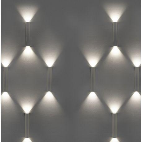 Aux douces courbes, cette applique chromée éclaire à ses deux extrémités. Haute de 26 cm, cette lampe est équipée de deux ampoules LED, pour un éclairage à la fois doux et efficace. C'est au designer Josep Patsi que nous devons ce luminaire.