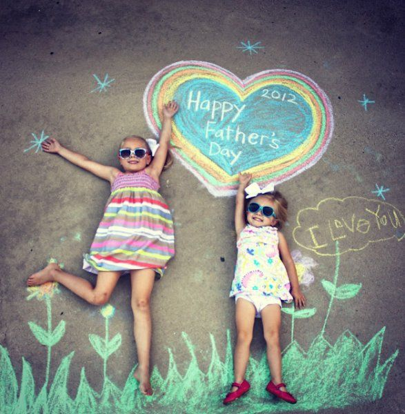 LOVE this for a father's day card- other fun chalk photo poses here too!