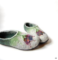Zapatillas de lana tulipanes arte zapatillas Felted zapatillas mujer verde zapatillas de fieltro. Zapatillas de fieltro hecho a mano se fabrican con todos los productos natural - 100% lana, agua y jabón de aceite de oliva. Plantas de los pies están cubiertos con piel natural. Estas coloridas zapatillas son para las mujeres. Usted será único. Las zapatillas de lana masaje los pies y dan placer. A LA ORDEN. Toma generalmente 5-7 días laborables para hacer un nuevo par. Hecho el artículo será…