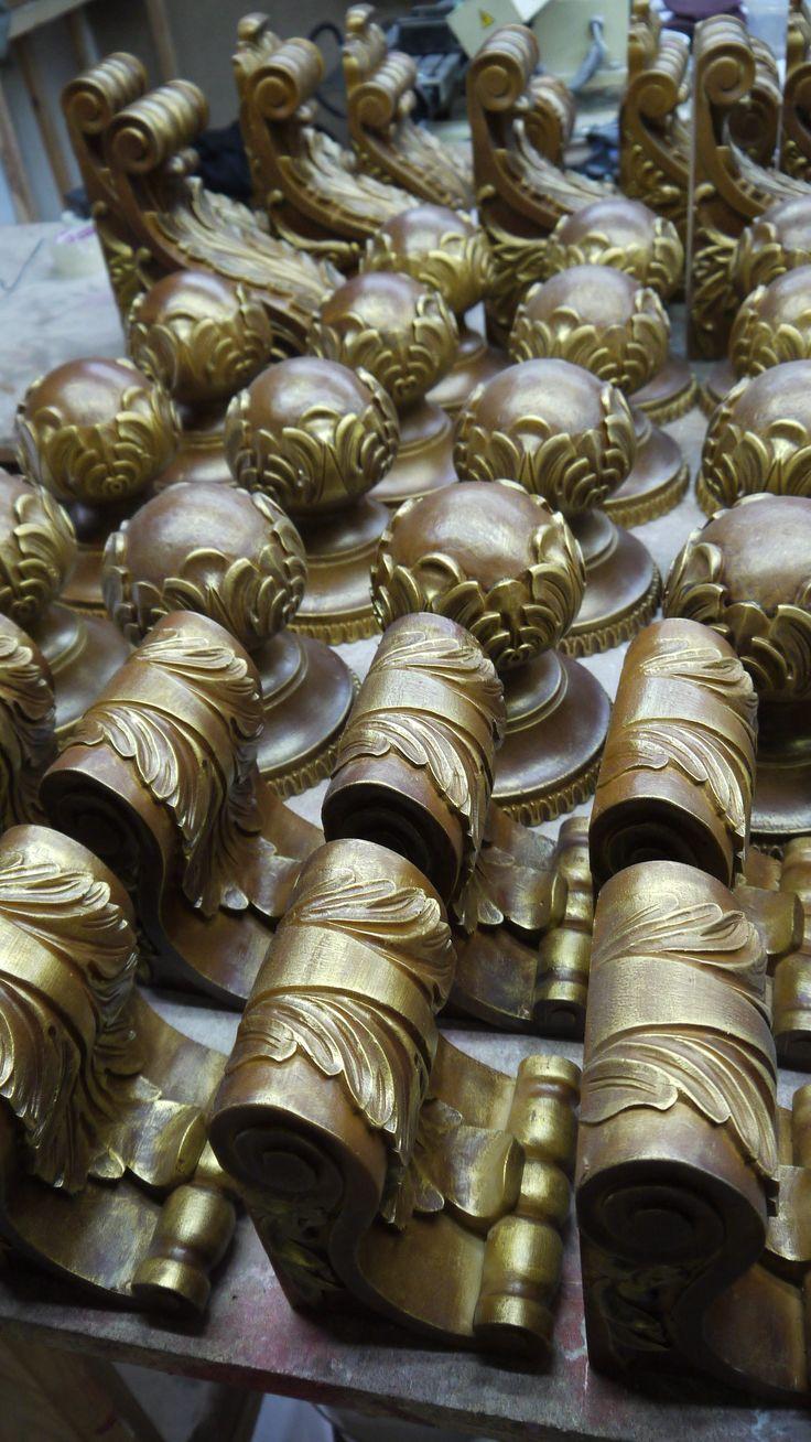 Ручки, накладки и кронштейны из полимера, полиуретана. Резной декор из древесной пасты, древесной пульпы, полимера, полиуретана, ППУ, МДФ, прессованный декор, декор из массива, декор из дерева