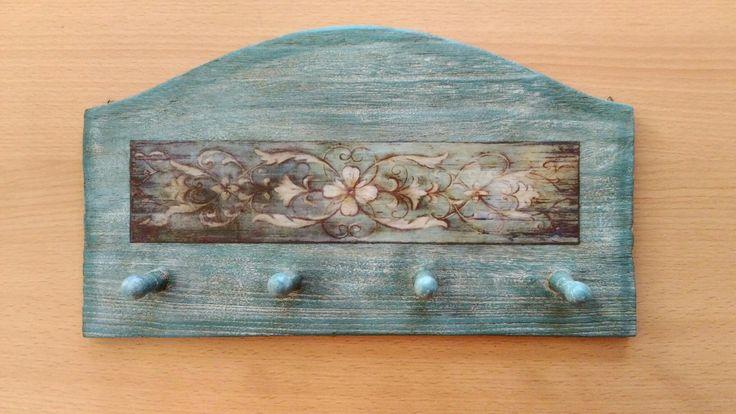 Appendino in legno dipinto turchese, invecchiato con cera bianca e marrone