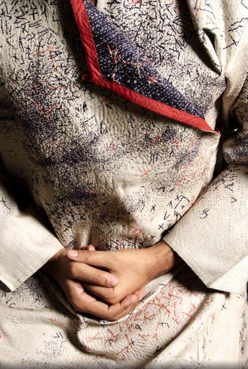 Swati Kalsi – tissu brodé à la main. Swati Kalsi a un amour pour la matière textile et cela se voit. Fascinée par les techniques d'artisanat de construction textile , elle s'est d…
