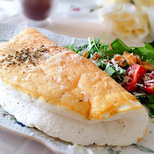 黄身だけを使うお料理で残った卵白がもったいないので( ´▽`) ふわっしゅわで中にチーズとろ〜り♪ 味がついているからそのままで戴けます。  作ってすぐ食べないと15分ほどでしぼんでしまいますw  楽しい朝ごはんでした( ︠ु௰︡ू)  2014.7/21 - 203件のもぐもぐ - ⭐️ふわっとろ〜りෆホワイトスフレチーズオムレツ by MASa