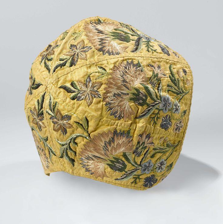 Muts van gele zijde bestaande uit zes gelijke pattes,  geborduurd met floraal patroon in veelkleurige zijde en zilverdraad, anoniem, ca. 1750 - ca. 1775