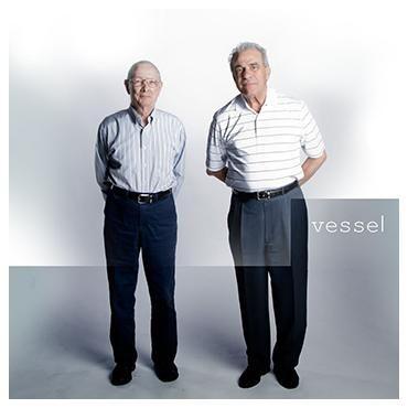 """Twenty One Pilots - Vessel   Twenty One Pilots - duet z Columbus w stanie Ohio - powstali w 2009 roku.  """"Vessel"""" z 2013 roku to trzeci album w dyskografii zespołu. Amerykanie miksują brzmienia: pianina, syntezatorów, perkusji i wokalu - co sprawia, że ich muzyka nie jest łatwa do gatunkowej klasyfikacji."""
