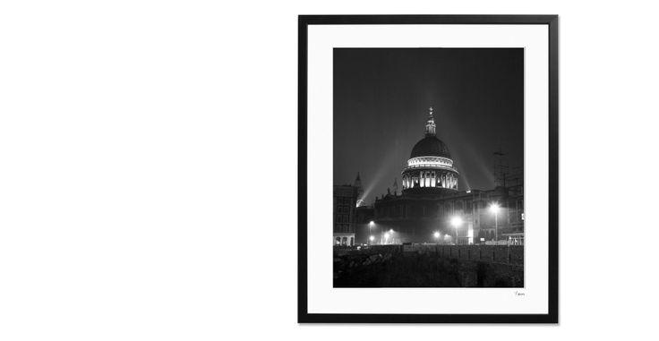 Ingelijste foto van verlichte St Paul's kathedraal, Londen, 1955, 40 x 50cm, Limited Edition | made.com