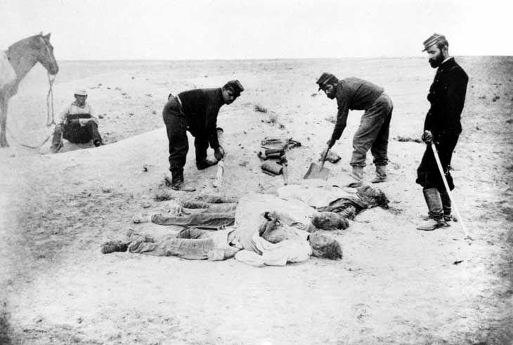 Fotografía de hombres muertos en el campo de La Alianza durante la Guerra del Pacífico, en 1879. - Guerra del Pacífico - Wikipedia, la enciclopedia libre