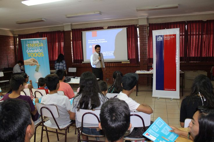 Seremi Jorge Olivares y Bodoque de 31 minutos enseñan a niños de Petorca a usar bien la energía