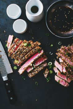 Ce steak de thon avec croûte de sésame épatera assurément vos invités. Un plat vraiment simple qui se prépare en un tour de main! Servir avec un bon saké c